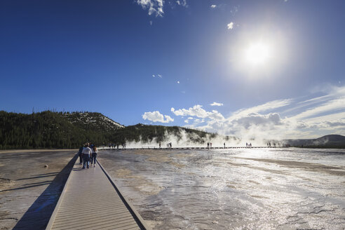 USA,  Yellowstone National Park, Lower Geyser Basin, Midway Geyser Basin, Tourists on footbridge before Grand Prismatic Spring - FOF008102