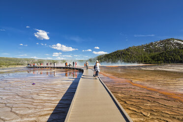 USA,  Yellowstone National Park, Lower Geyser Basin, Midway Geyser Basin, Tourists on footbridge before Grand Prismatic Spring - FOF008050