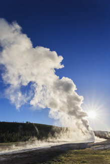 USA, Wyoming, Yellowstone National Park, Upper Geyser Basin, Old Faithful Geyser - FOF008051
