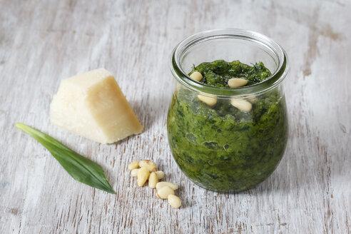Homemade ramson pesto, parmesan, leaf and pine nuts on wood - EVGF001569