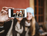 Selfie of two female friends on display of smartphone - MGOF000198