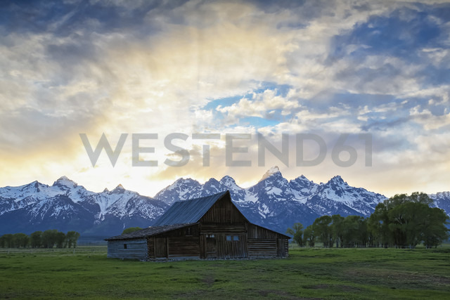 USA, Wyoming, Grand Teton National Park, Small log cabin near Jackson Hole - FOF008101 - Fotofeeling/Westend61