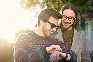 Two hipsters with a smartwatch - BRF001172