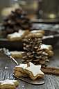 Home-baked cinnamon stars and fir cones - ASF005582