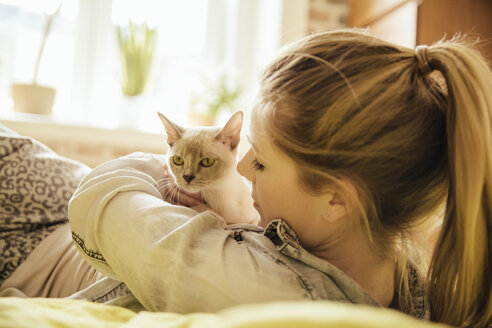 Woman with Burmese cat at home - MFF001565