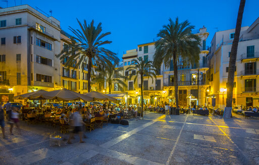 Spain, Mallorca, Palma de Mallorca, restaurants at Paseo Sagrera by night - AMF003978