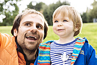 Portrait of father and little daughter in a park - GEMF000225