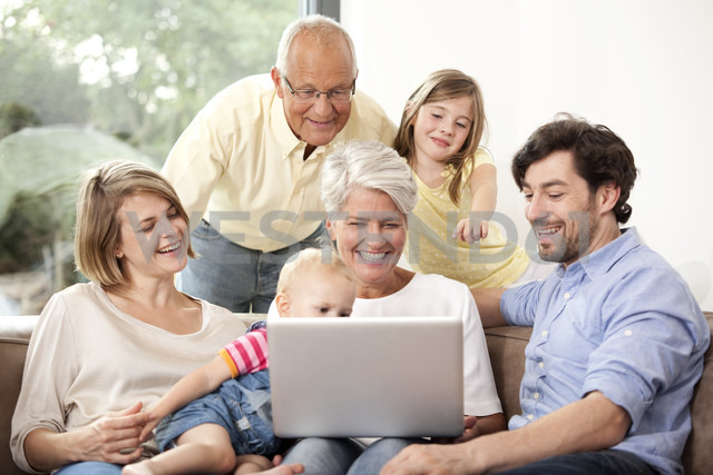 Extended family on couch using laptop - MFRF000228 - Michelle Fraikin/Westend61