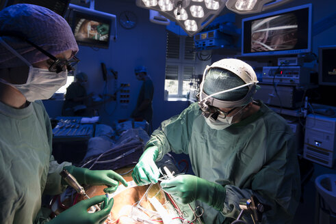 Two surgeons during a heart surgery - MWEF000008