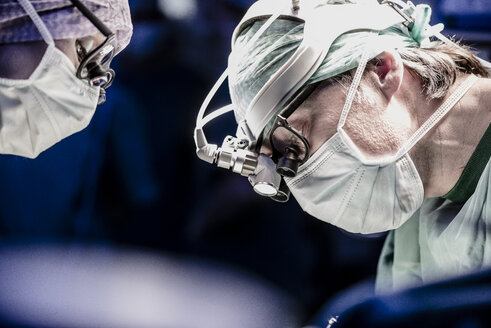 Two surgeons during a surgery - MWEF000009