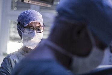 Two surgeons in operating room - MWEF000003