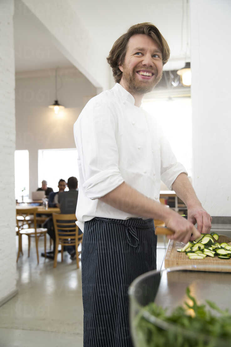 Cook of a bistro preparing food in the kitchen - FKF001042 - Florian Küttler/Westend61