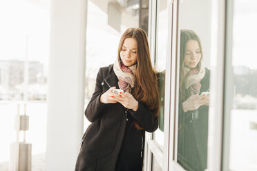 Young woman using smartphone - MMFF000707
