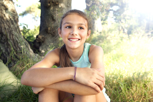Smiling girl outdoors - TOYF000251