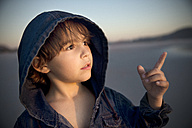 Boy on beach pointing his finger - TOYF000291