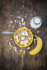 Bowl of granola, banana slices and coconut flakes - LVF003308