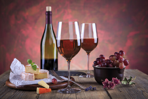 Still life with wine bottle, wine glasses, cheese and grapes - VTF000426