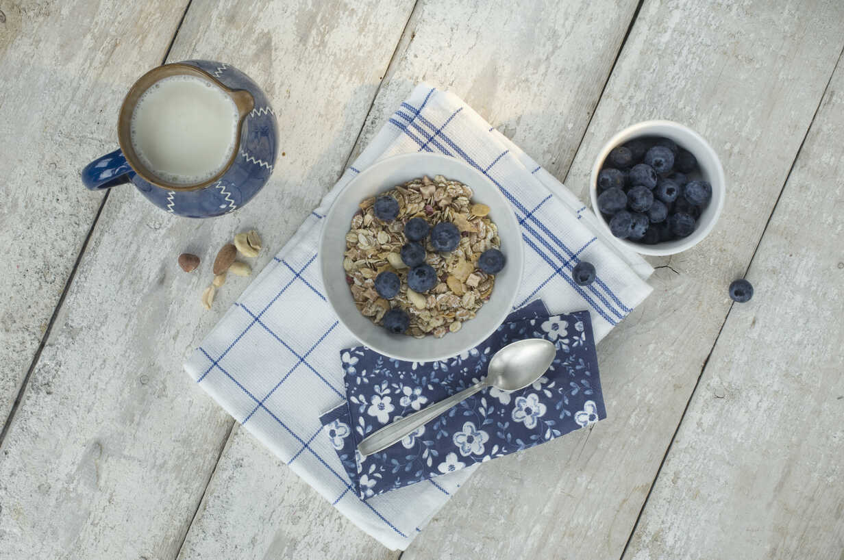 Bowl of granola and blueberries - ASF005589 - Achim Sass/Westend61