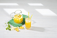 Cooled soft drink made of mango, lemon and mint - MAEF010464