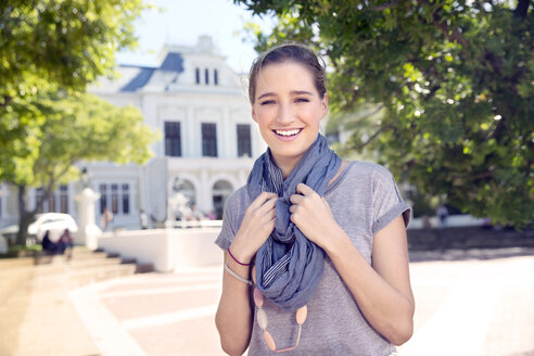 Portrait of smiling young woman outdoors - TOYF000525