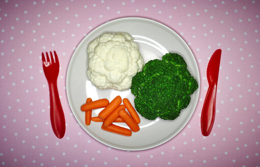 Plate with broccoli, cauliflower and mini carrots on pink cloth - KSWF001518