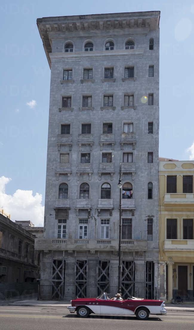 Cuba, Havana, vintage car in front of Malecon - FB000380 - Frank Blum/Westend61