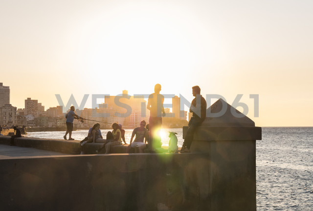 Cuba, Havana, Malecon, young people at sunset - FB000386 - Frank Blum/Westend61