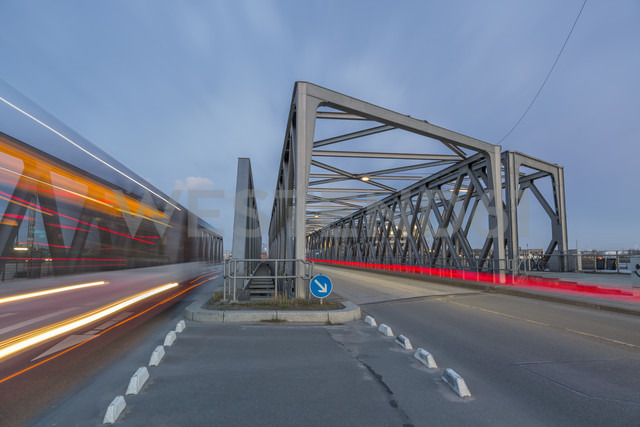 Germany, Hamburg, road traffic on a bridge in the Hafencity - NKF000252 - Stefan Kunert/Westend61