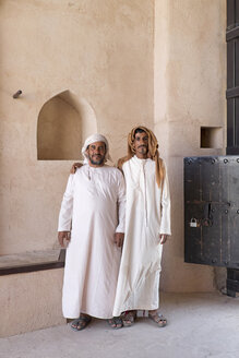 Arabia, Oman, Jalan Bani Bu Hassan Castle, portrait of two men - HL000890