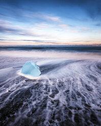 Iceland, Jokulsarlon, mini iceberg - SMAF000327