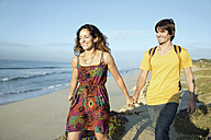 South Africa, couple taking a walk at the coast - TOYF000638
