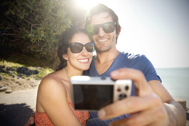 South Africa, happy couple taking a selfie at the coast - TOYF000801