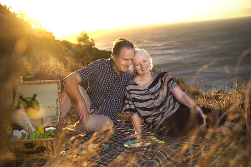 South Africa, happy senior couple having picnic - TOYF000723