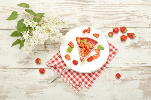 Piece of strawberry-cream cake - MAEF010525