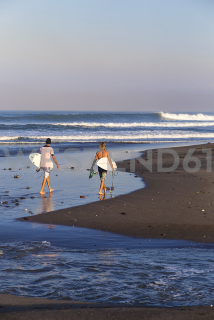 Indonesia, Bali, Surfers on the beach - KNTF000037