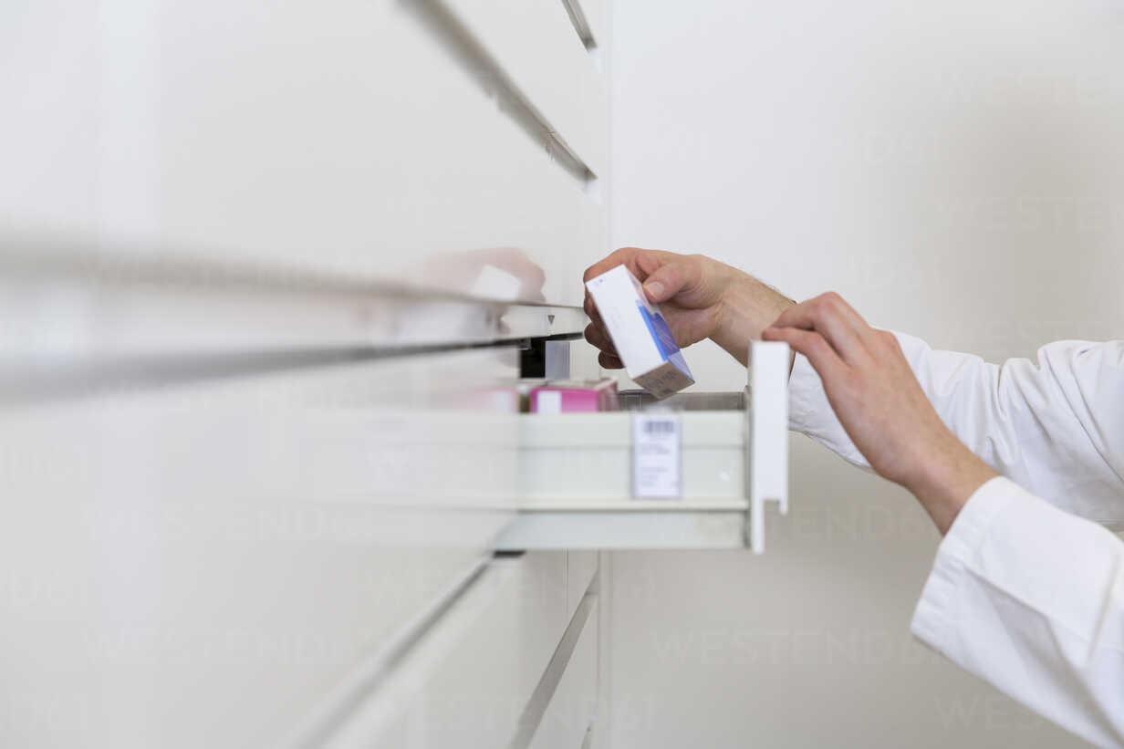 Hands of pharmacist taking drug from a drawer cabinet - FKF001062 - Florian Küttler/Westend61