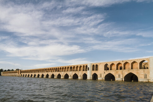 Iran, Isfahan, view to arch bridge Siosepol with Zayandeh River in the foreground - FLF001138