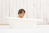 Baby girl bathing in a tub - DRF001633