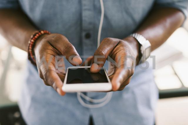 Man holding smartphone - EBSF000651