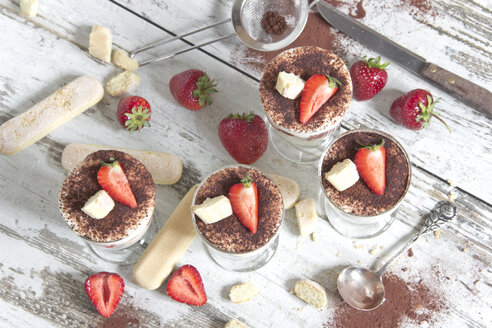 Strawberry mascarpone cream in glasses, lady's fingers, fresh strawberries and cocoa - YFF000434