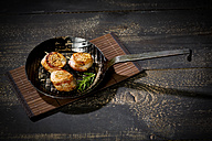 Cast-iron frying pan with medaillons of pork wrapped in bacon - MAEF010602