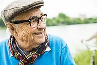 Happy senior man with glasses and cap - UUF004564
