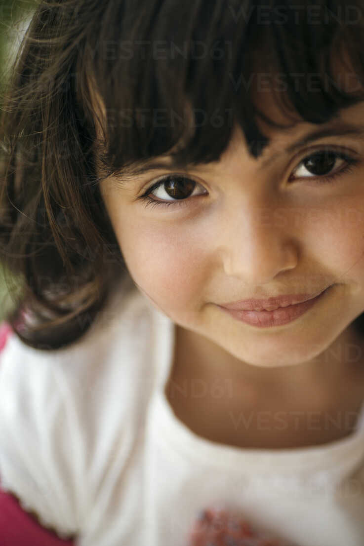 Portrait of smiling little girl with brown eyes - MGOF000264 - Marco Govel/Westend61