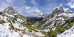 Austria, Tyrol, View to Lake  Seebensee with Wetterstein Mountains, Plattspitzen, Zugspitze Massif - STSF000802