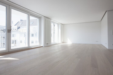 Empty living room in modern apartment - RBF002856