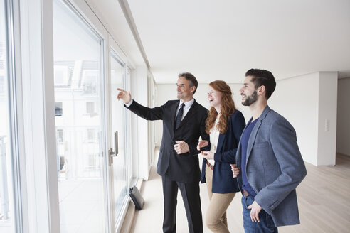 Young couple viewing flat with estate agent - RBF002795