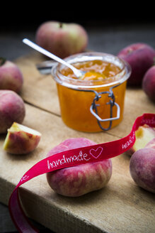 Vineyard peaches, peach jam on chopping board, ribbon, made with love - LVF003480