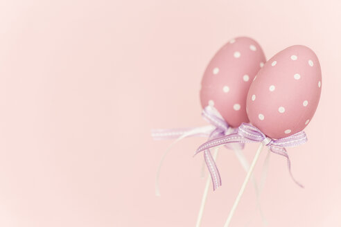 Pink plastic easter eggs before pink background - MELF000062