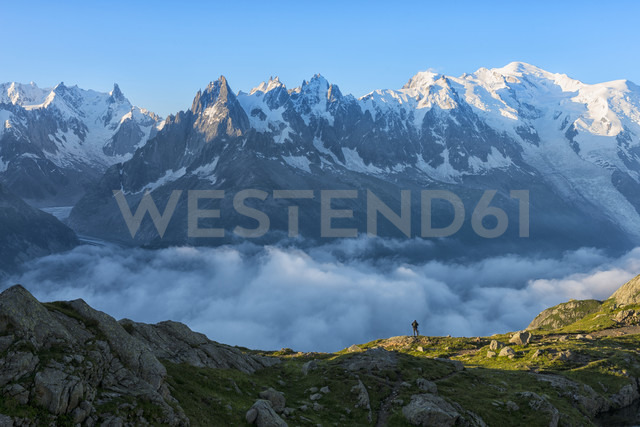 France, Mont Blanc, Lake Cheserys, hiker in front of Mount Blanc at sunrise - LOMF000026 - Lorenzo Mattei/Westend61