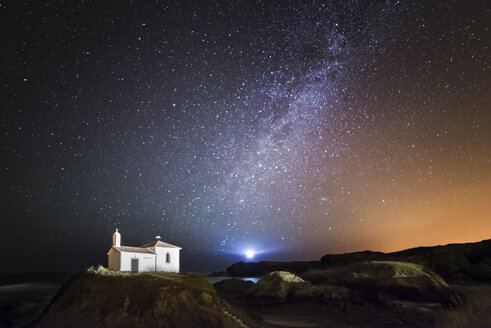 Spain, Galicia, Valdovino, Little chapel Virxe do Porto in the galician coast in a night shot with stars and milky way - RAE000216